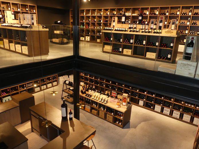 De winkel van Olivier heeft twee verdiepingen vol wijnflessen.