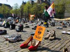 Actiegroep Extinction Rebellion zet honderden afgetrapte schoenen op het Plein