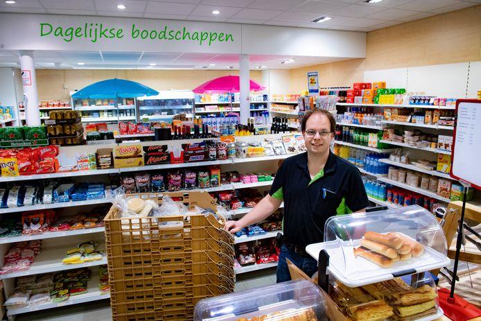 Rens van Lieshout in het supermarktdeel van zijn nering in Maasbommel.