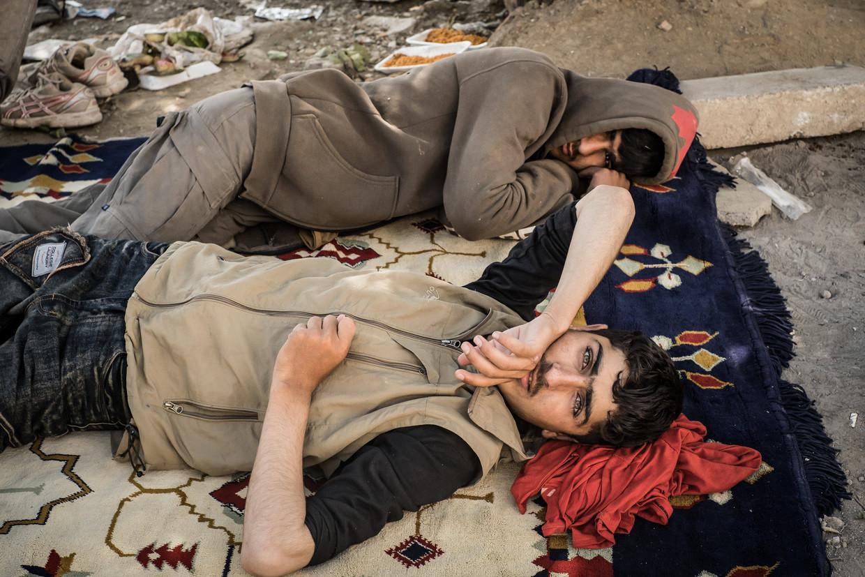 Deze Afghaanse jongens zijn net aangekomen op het busstation in Tatvan. Ze kwamen te voet vanaf de grens en willen vanaf hier verder reizen, naar misschien wel Istanbul.  Beeld Nicola Zolin