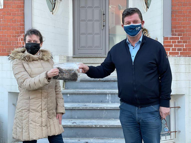 Chantal Oreel kreeg de krullen van Bart Tommelein voor een portret van de burgemeester Beeld LBB