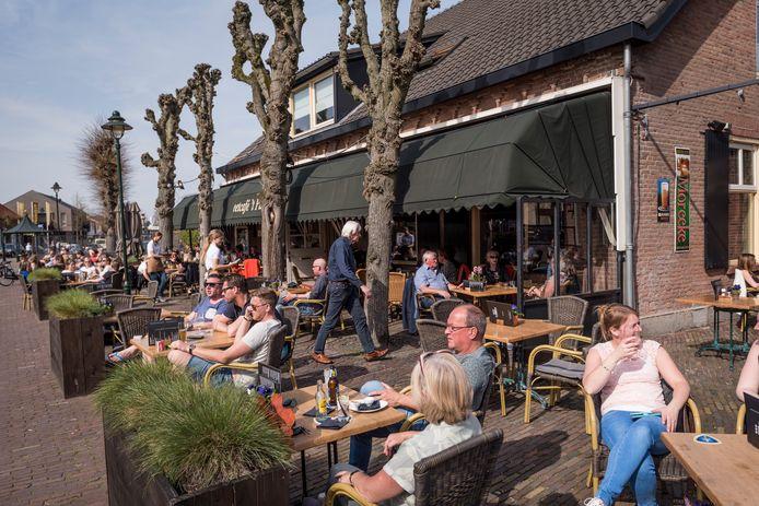 Een vol terras, vóór corona, bij eetcafé 't Pumpke in Nistelrode.