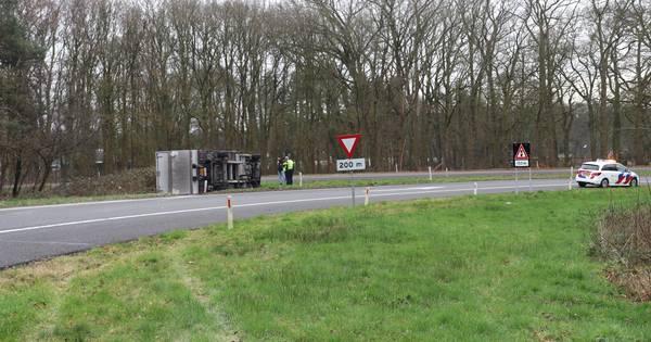 Afrit A1 Hoenderloo gesloten vanwege gekantelde vrachtwagen.