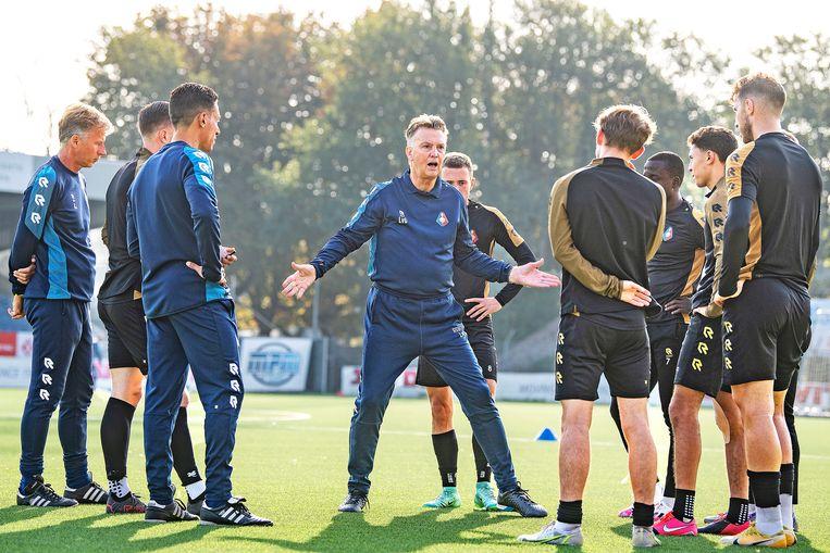 Louis van Gaal, bondscoach van Oranje, praat tot de spelers van Telstar tijdens een serieuze training. Van Gaal is even bij Telstar als uitvloeisel van een loterij.  Beeld Guus Dubbelman / de Volkskrant