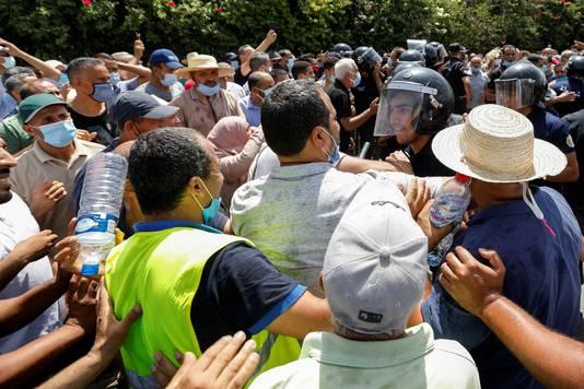 Affrontements devant le Parlement.