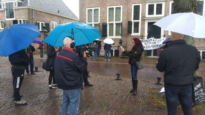 Miranda van Driel leest in de regen voor waarom er wordt geprotesteerd.