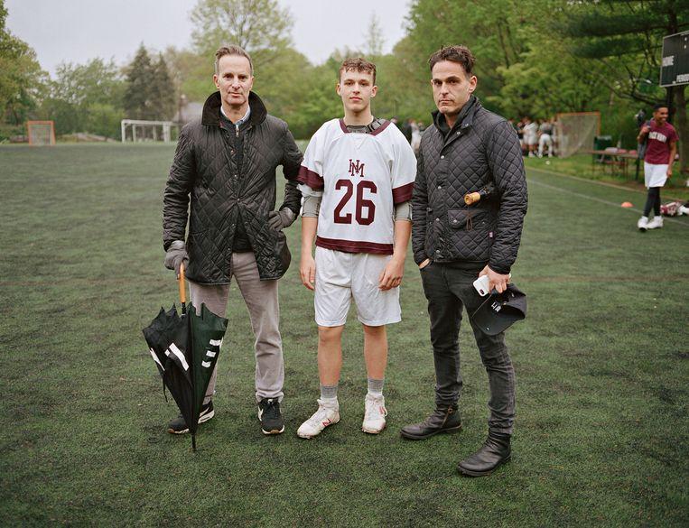 Tom en Mike met hun zoon Jack op een trainingsveld van de Horace Mann School. Bronx, New York. Beeld Bart Heynen