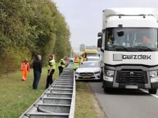 Auto belandt tussen vangrail en vrachtwagen op A12 bij De Meern