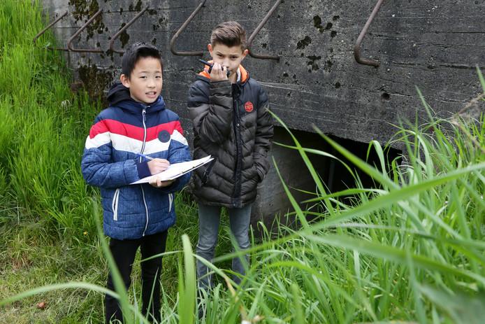 Steijn en Yuji fungeren als 'luchtverkeersleiding' voor klasgenoten Siertsje en Senna, die boven op Fort Vuren de vlucht van de Engelse oorlogspiloot Basil Scarff naspelen.