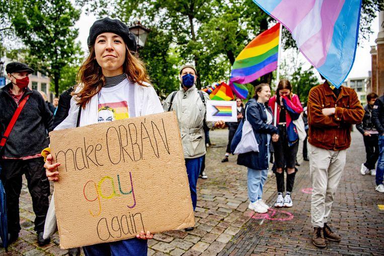 Ruim 500 mensen protesteerden maandag bij het Amsterdamse Homomonument tegen de Hongaarse anti-LHBTI-wet die vorige week is aangenomen.  Beeld EPA
