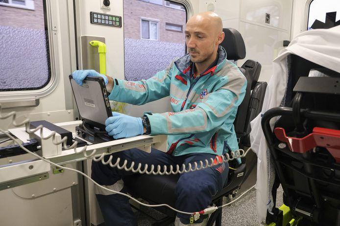 Zodra de ambulanceverpleegkundige op zijn laptop aan een nieuwe overdracht begint, is deze vanaf de Spoedeisende Hulp meteen te volgen.