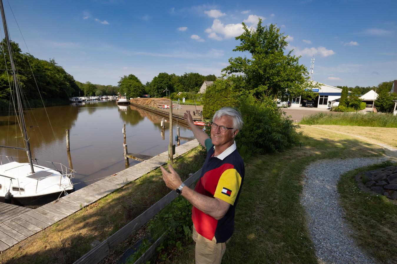 Inwoners van Kraggenburg willen eind dit jaar in samenwerking met enkele andere organisaties de Leemkade in Kraggenburg omvormen tot een boulevard. Wubbo de Raad, de kartrekker van het project, wijst het vervuilde gedeelte aan.