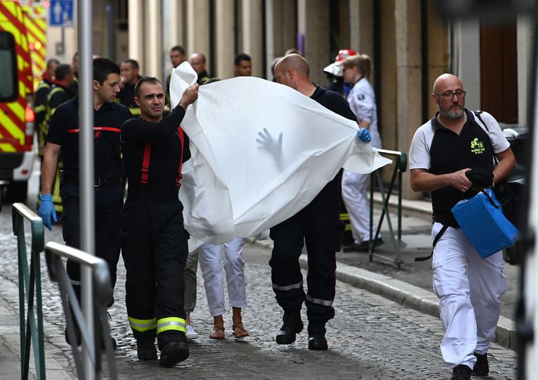 Hulpdiensten brengen een gewonde persoon weg.