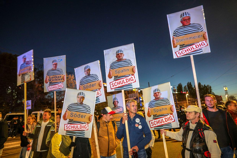Een demonstratie van de zogeheten Querdenken-beweging tegen het coronabeleid in Leipzig, 7 november. Hier en daar zwaaien mensen met een klein vlaggetje met de letter Q, het teken van QAnon. Beeld Getty Images