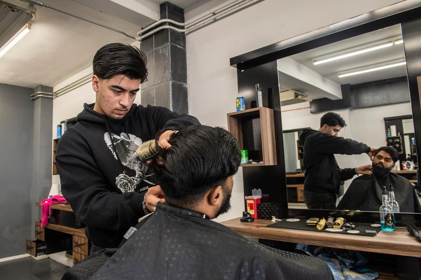 Sehraz Mohmand (17) werd een jaar geleden ernstig getroffen door corona. Hij is volledig hersteld en mag woensdag weer met zijn twee oudere broers aan de slag in hun Barbershop Aria in Breda.