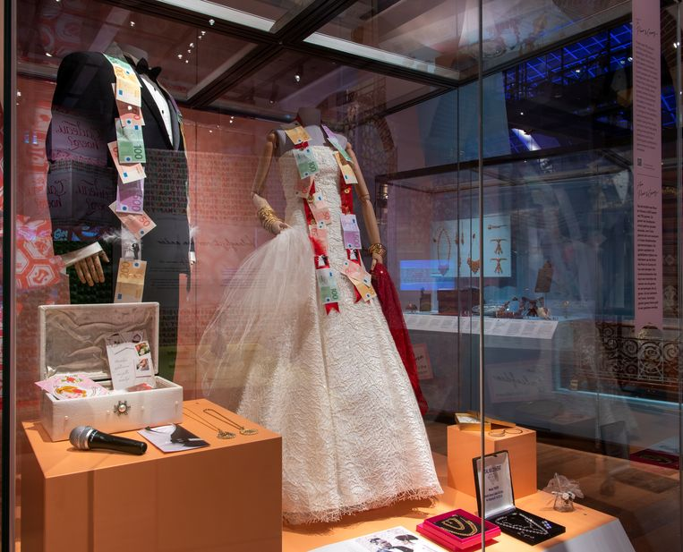 De bruidsjurk van Pinar, het bruidspak van Güney en de huwelijkscadeaus in de tentoonstelling. Pinar & Güney; Turkije en Nederland; 2013. Beeld Nationaal Museum van Wereldculturen