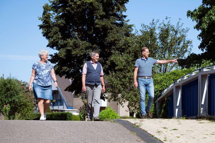 Marike de valk, Adriaan Maters en Ger van Boxem (vlnr) lopen een ommetje in Beuningen.