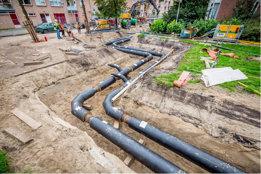 Voor de aanleg van een warmtenet moeten leidingen aangelegd worden in de grond.