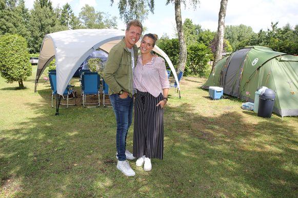 Karen Damen en James Cook maakten samen het programma 'Camping Karen & James'.