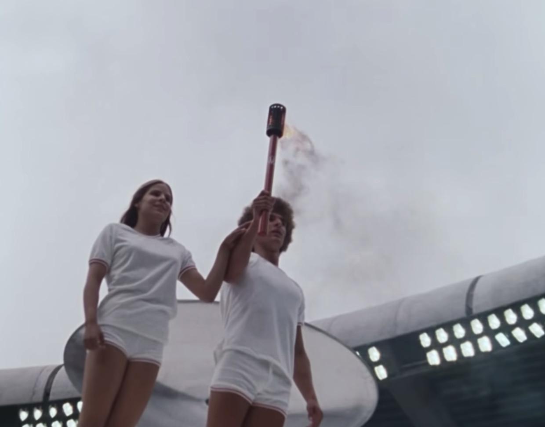 Stéphane Préfontaine en Sandra Henderson ontsteken het olympische vuur in Montreal, 1976. Beeld