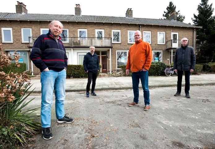 Omwonenden van de Johan Wagenaarkade bij een van de drie woonblokken die worden gesloopt. Vanaf links Rob Sturkenboom, Nathan Brouwer, Peter van der Voorn en Willem Vos.