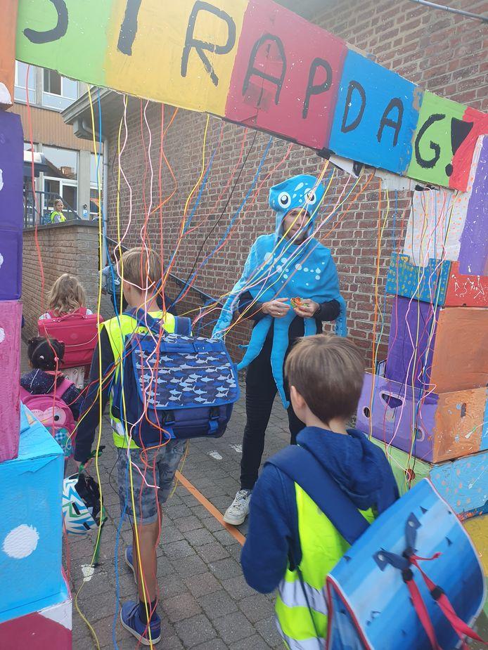 Octopus-man onthaalde de kinderen bij aankomst op school.