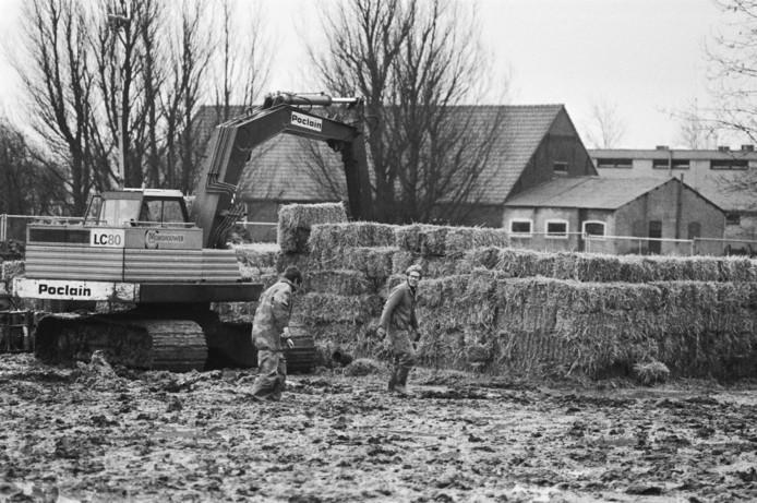 Voor de ontmanteling van de vliegtuigbom werden grote wanden van strobalen opgetrokken in de voormalige kloostertuin in Bodegraven.