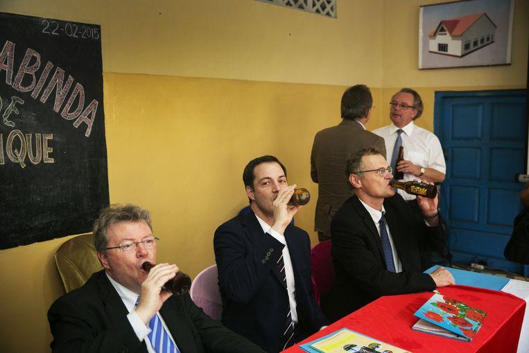 De Croo keurt een nieuw Congolees biermerk goed op het kantoor van de Belgische ontwikkelingssamenwerking. Beeld Tim Dirven