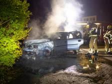 Auto gaat in vlammen op in Zwolle, politie onderzoekt brandstichting