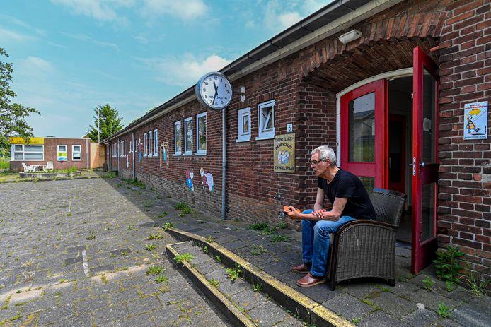 Johan van Schoonhoven is een van de antikrakers in het schoolgebouw aan de Tonsedijk en tevens de beheerder.