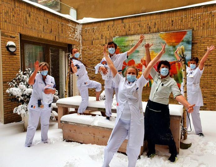 Vijftien zorgmedewerkers van het Sint Jansdal sliepen op hun werk. ,,Toch gek om in een ziekenhuisbed te slapen.''