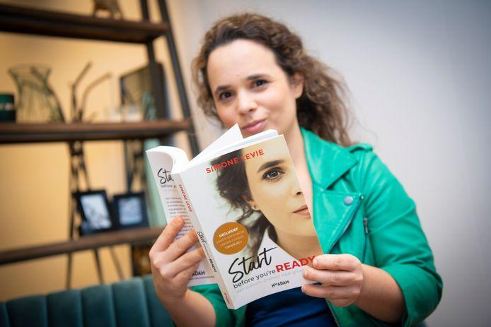 Simone Levie met haar onlangs uitgebrachte boek Start before you're ready.