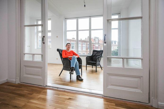 Sigrid Jahn in haar woning die te koop staat.