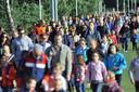 Een lange stoet van jong en oud vertrekt vanaf sportpark Vierhoeven voor de Avondvierdaagse in Roosendaal. Archieffoto Peter van Trijen/het fotobur