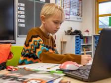De omgekeerde wereld: Eijse (8) zit in de klas en krijgt les van de juf die thuis zit