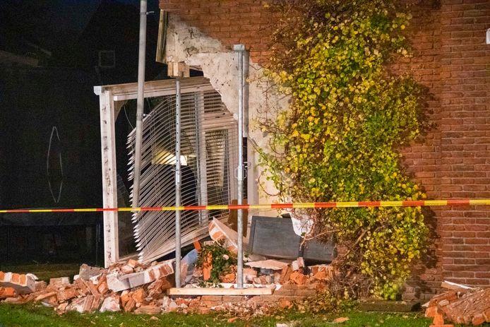 Een woning in Didam is geramd door een auto. De schade is enorm.