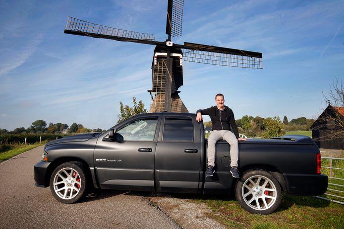 Richard met zijn Dodge Ram SR-10. ,,Je hoort overduidelijk dat er geen V8 motor in ligt.''