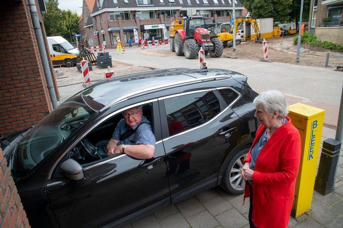 Er blijft door de nieuwe inrichting van de weg nauwelijks ruimte over voor auto's die de parkeergarage in en uit moeten, vrezen Jacob Hop en Marlies van der Heijden.