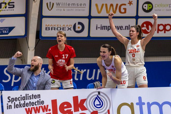 Luide aanmoedigingen van Asa Kantebeen, Lisanne de Jonge en Yfke Hoek: Batouwe heeft het zwaar in de eerste ronde.