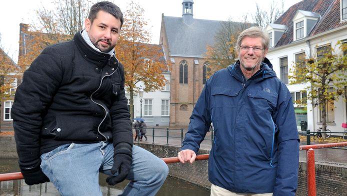 De exposerende fotografen Gabriel Dávalos uit Cuba (links) en Pieter Griffioen uit Amersfoort met achter zich de St. Aegtenkapel.