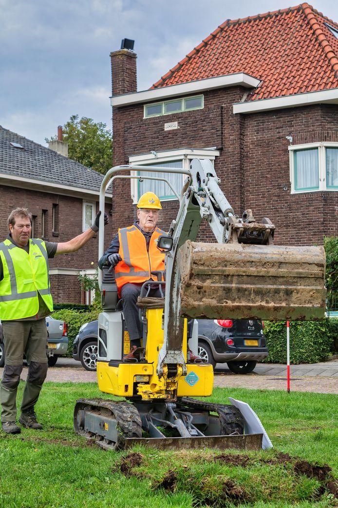 Op zijn 85ste verjaardag mag initiatiefnemer Bas Zijlmans de openingshandeling verrichten voor de aanleg van een stukje kasteelmuur aan het Wilhelminaplein in Geertruidenberg.
