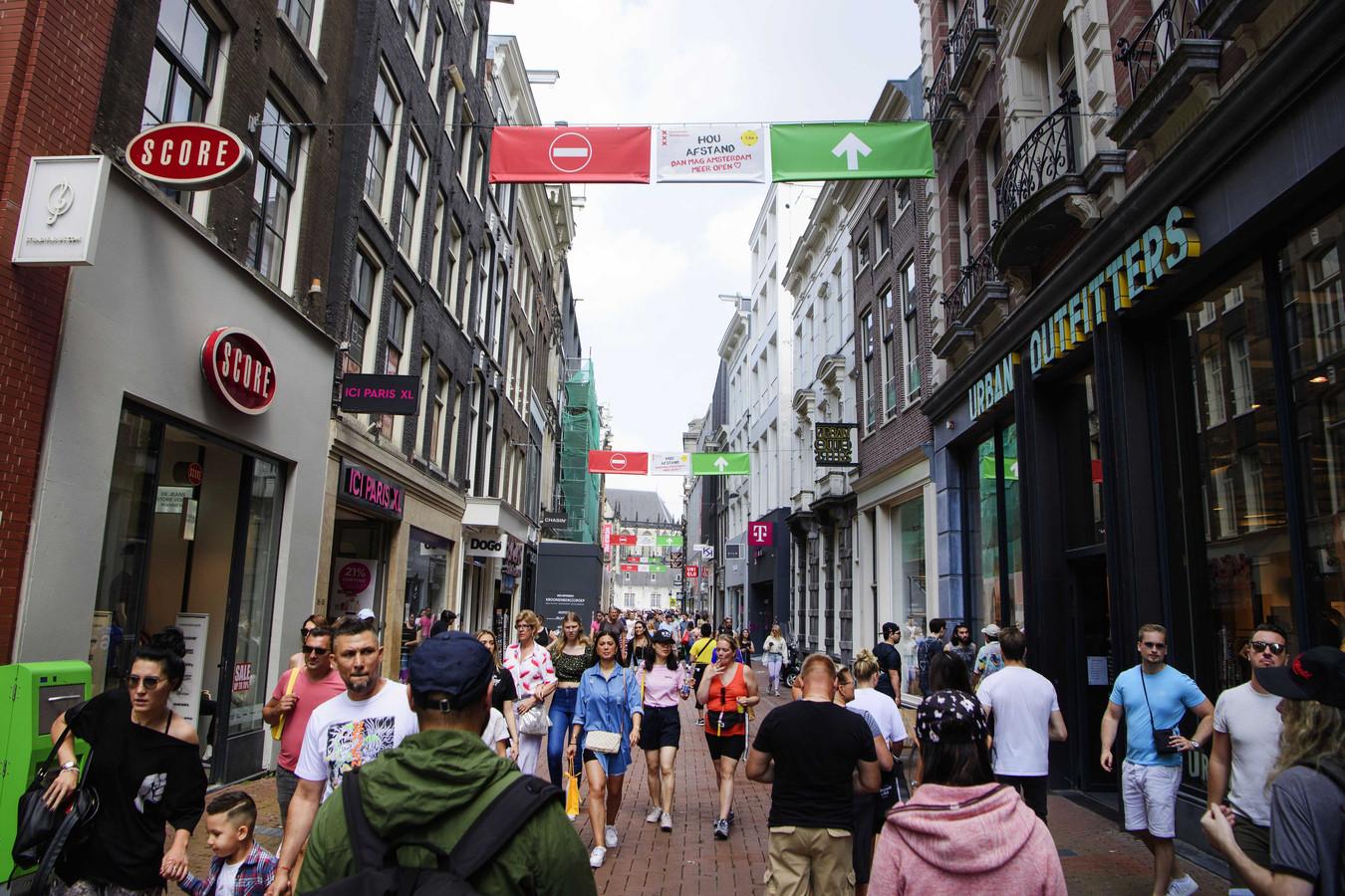 Winkelend publiek in de Kalverstraat. De Veiligheidsregio Amsterdam-Amstelland neemt extra maatregelen vanwege de toenemende drukte in de binnenstad.