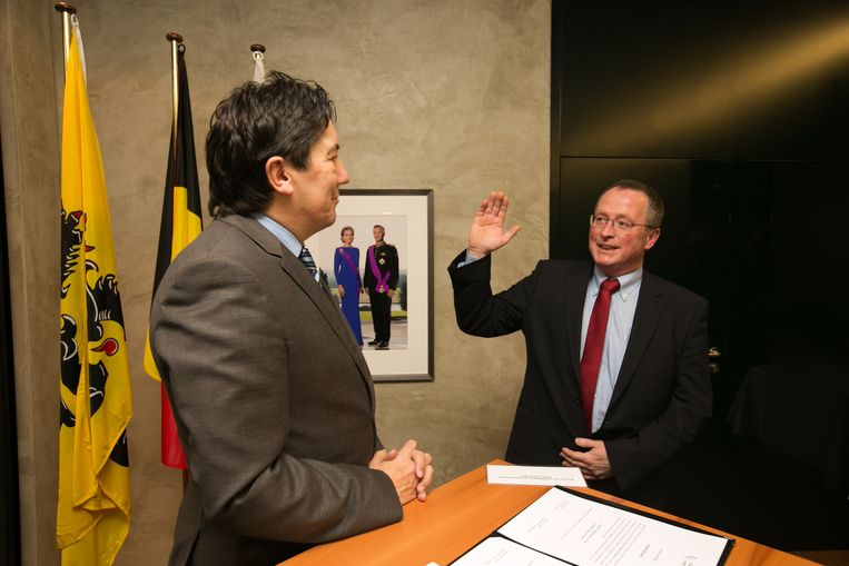 Claudy Prosmans legt bij gouverneur Reynders de eed af als burgemeester van Herstappe.
