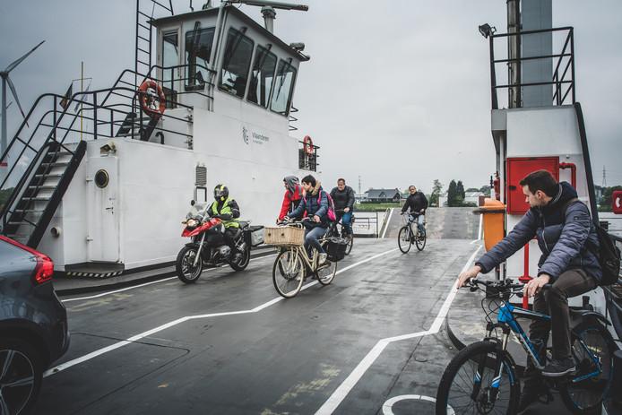 Fietsers op de overzet tussen Oostakker en Evergem