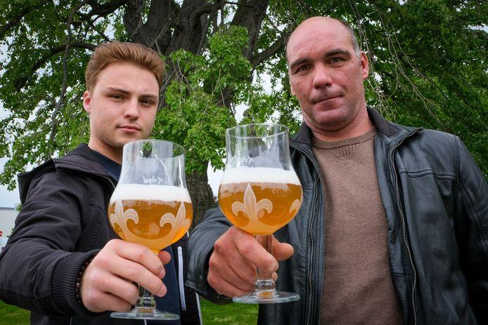 David Siebens (rechts) is één van de drijvende krachten achter de vzw De Linde en het bier Royale de Melsbroeck.