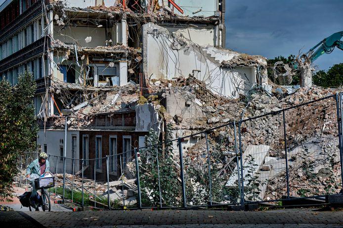 Slopers zijn al weken bezig om het gebouw naar beneden te halen en de resultaten van die klus zijn steeds beter te zien.