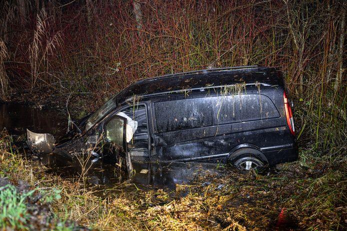Na de crash rolde het busje in de lager gelegen moerassige arm van de Oude Vecht.