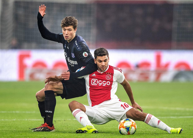 De Argentijn Lisandro Magallán, die tegen Heereveen zijn officiële debuut maakte voor Ajax, in duel met Sam Lammers. Beeld Guus Dubbelman / de Volkskrant