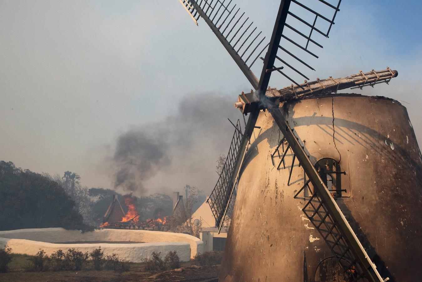 Ook de oudste windmolen van Zuid-Afrika, Mostert's Mill, die van 1796 dateerde, brandde helemaal af.