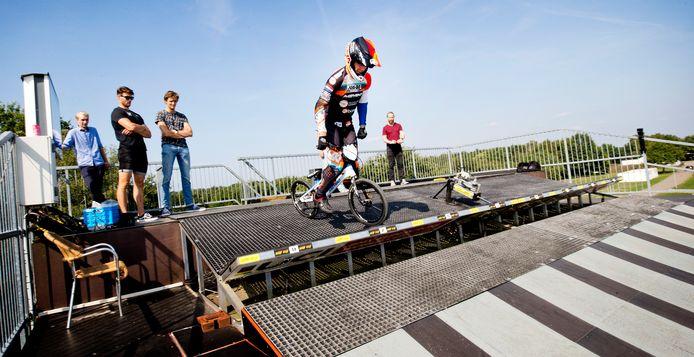 Team NL BMX en TU Delft testen de start van de BMX'ers op sportpark Papendal. Met een speciale crank op de BMX van Niek Kimmann testen de onderzoekers de krachten die vrijkomen tijdens de start.